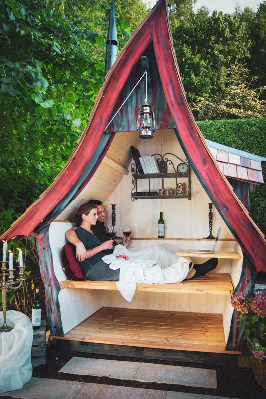 Photo cabane Casa Philia avec un couple assis sur le banc